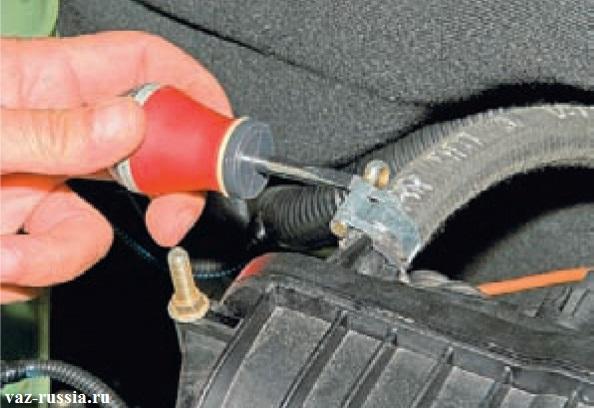 Ослабление винта который стягивает хомут крепления шланга вакуумного усилителя тормозов к ресиверу