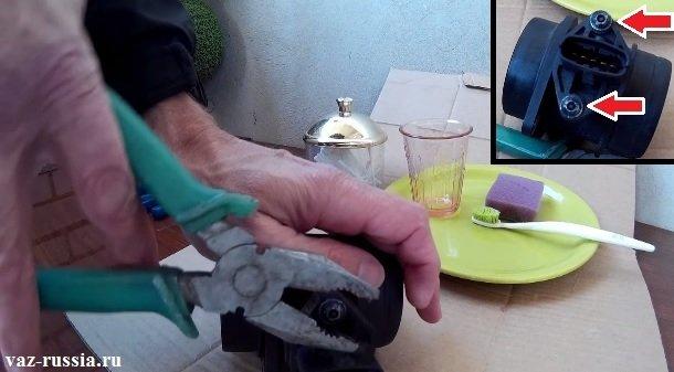 Выворачивание двух винтов которые крепят датчик к корпусу и его вынимание после этого