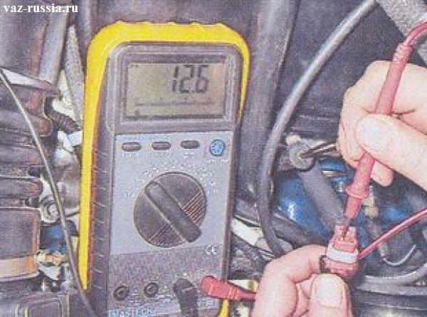 Проверка при помощи вольтметра колодки проводов клапана продувки
