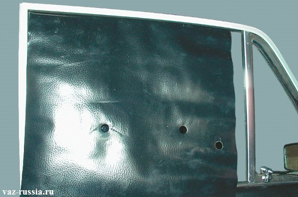 Защитная плёнка завёрнутая вверх и прижатая стеклом чтобы не мешала