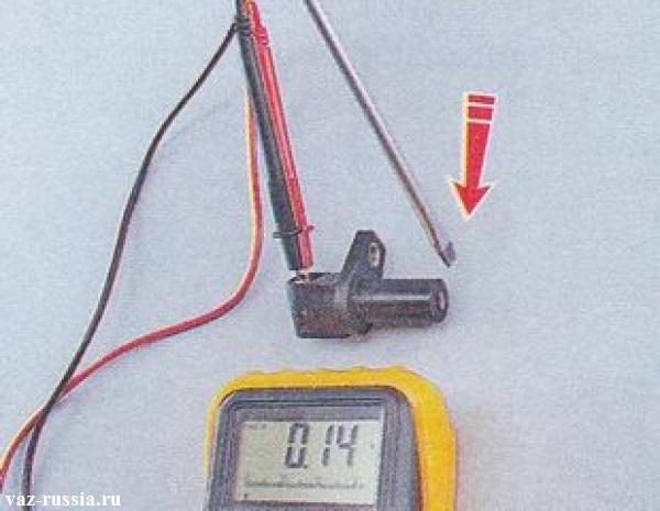 Проверка при помощи вольтметра напряжения которое датчик будет выдавать при резком подносе и резком уберании к нему отвёртки
