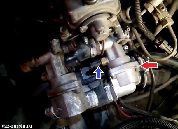 Стрелкой синей указано местонахождение датчика температуры, которая ввёрнут в термостат который в свою очередь красной стрелкой указан