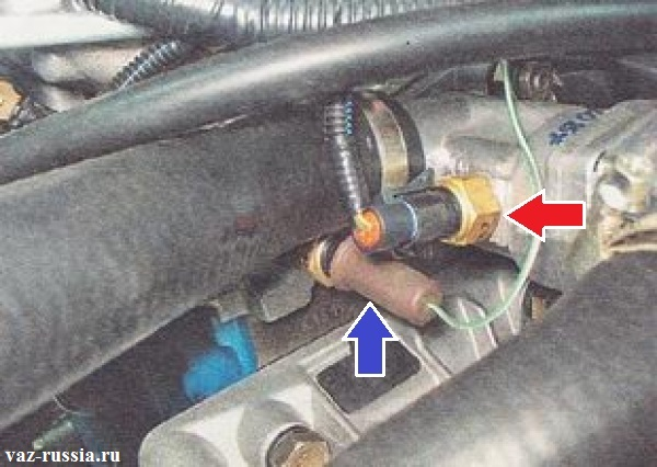 Два датчика и оба температурных указаны стрелками