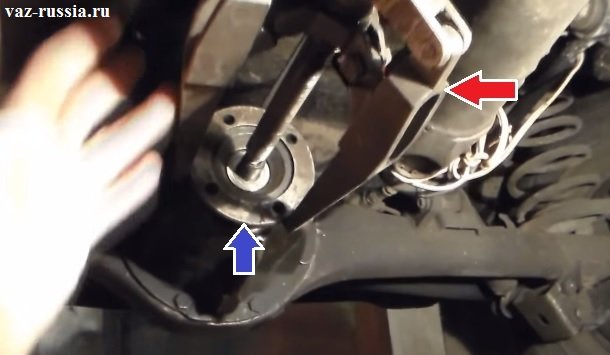 При помощи специального съёмника, снятие фланца с установочного места