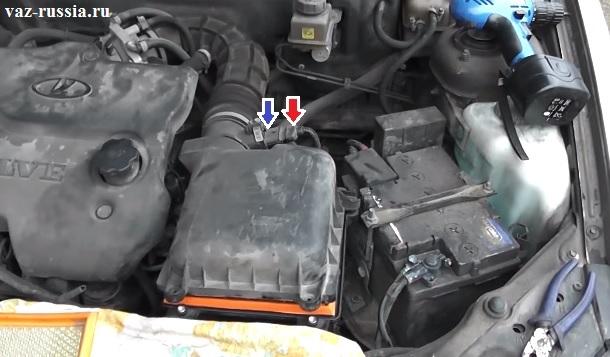 Одной стрелкой указана колодка проводов и другой синей, указан датчик массового расхода воздуха от которого то вам и нужно будет отсоединить колодку
