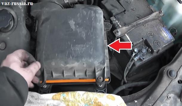 Стрелкой указан корпус воздухофильтра под которым и располагается сам фильтрующий элемент который при засорении подлежит замене