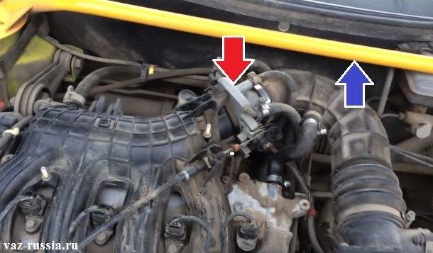 Одной стрелкой показано местонахождение дроссельного узла, а другой распорная штанга показана