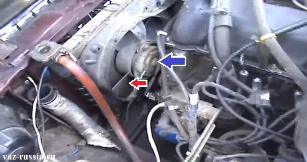 Местонахождение электродвигателя указано синей стрелкой, а красной указана крыльчатка
