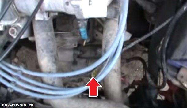Стрелкой показано где располагается стартер на автомобиле, с правой стороны (Плохо видно) можно ещё аккумуляторную батарею разглядеть