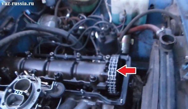 Стрелкой указано местонахождение цепи на двигателе автомобиля