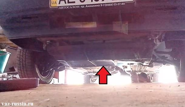 Стрелкой показана защита картера в этом же месте и находиться брызговик двигателя