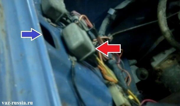 Стрелкой показано где находиться реле отвечающее за вывод лампы заряда АКБ