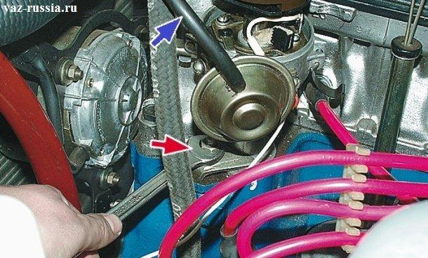 Ослабление нижней гайки и поднятие немного трамблёра для того, чтобы ротор можно было в правильное положение установить