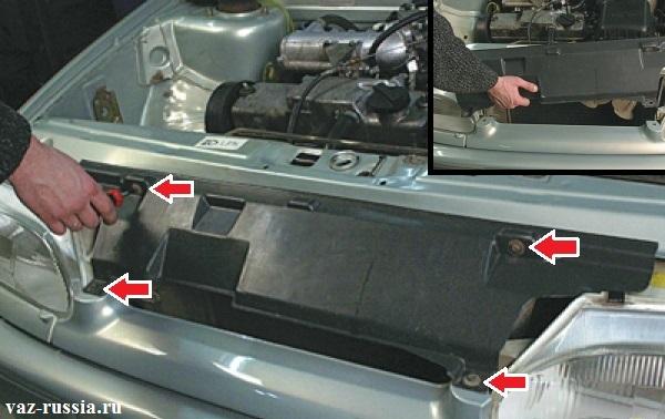 Отворачивание винтов которые крепят облицовку радиатора и её снятие