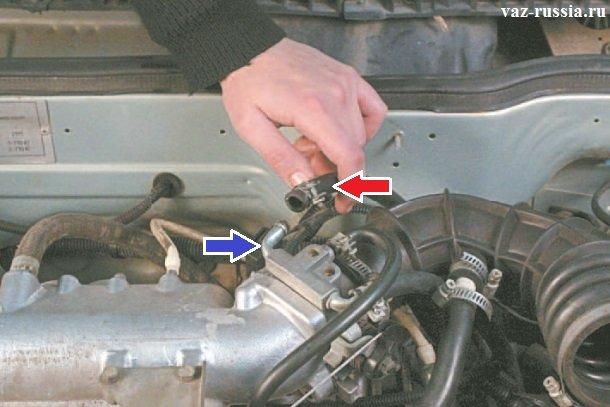 Отсоединение шланга подачи жидкости от штуцера подогрева