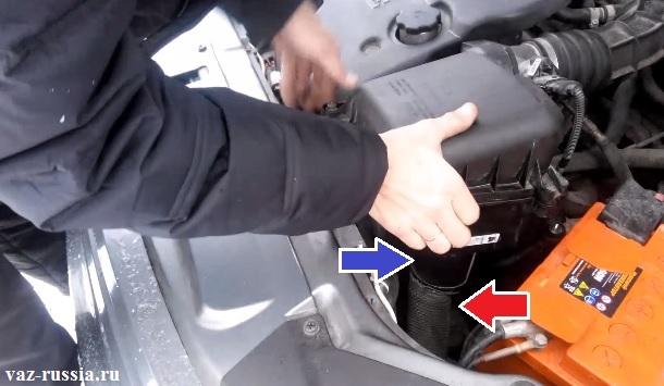 Шланг воздухозаборника указан красной стрелкой и его нужно отсоединить от нижнего патрубка корпуса фильтра, который синей стрелкой указан