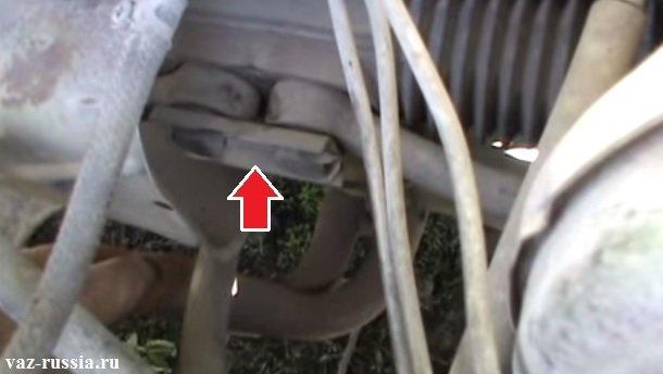 Стык двух рулевых тяг указан стрелкой