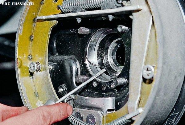 Поддевание уплотнительного кольца и его снятие и осмотр