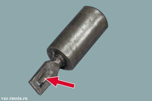 Якорь втягивающего реле и его наконечник, на котором язычок должен смотреть вниз при зацеплении с рычагом