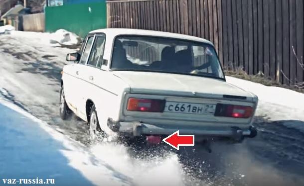 Стрелкой указано месторасположение фонаря который помогает в тумане разглядеть заднюю часть у автомобиля