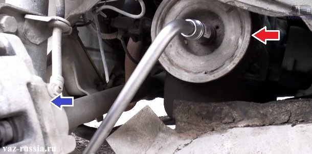 Выворачивание болта крепления шкива привода ремня генератора к двигателю автомобиля