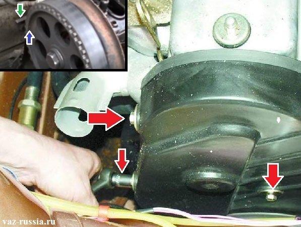 Выворачивание трёх болтов крепления крышки и её снятие, затем совмещения между собой двух меток, а именно метки распределительного вала и метки на задней части крышки