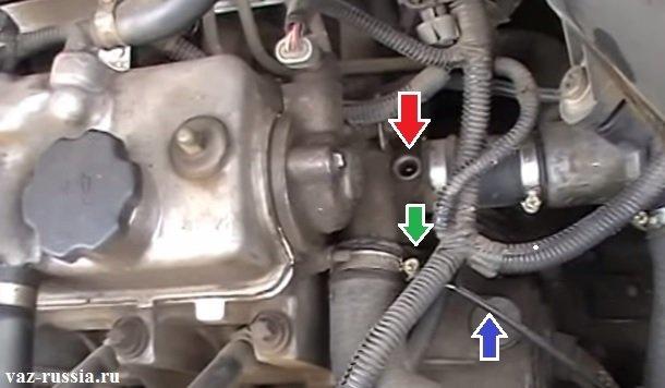 Стрелками показаны места где оба датчика температуры охлаждающей жидкости находятся