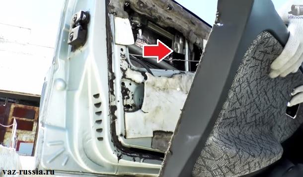 Стрелкой указано местонахождение стеклоподъёмника в передней двери автомобиля