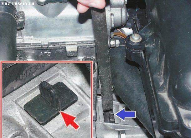 Вынимание заглушки и вставление между зубцами маховика монтажной лопатки, для того чтобы маховик и шкив привода генератора не проворачивался