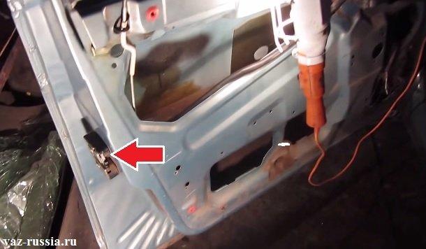 Стрелкой указано местонахождение наружного замка двери