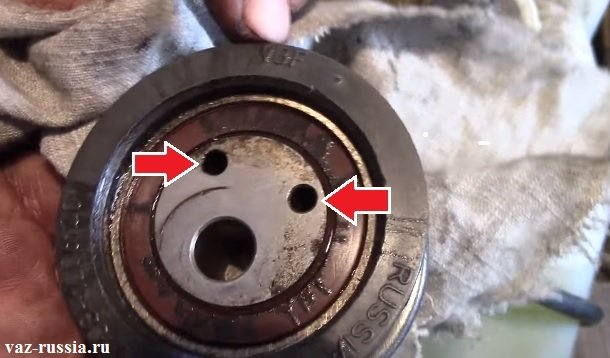 Два отверстия за счёт которых натяжной ролик и регулирует ремень ГРМ на автомобиле