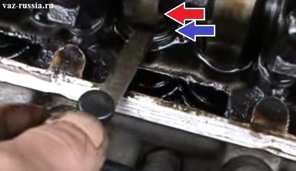 Проверка с помощью щупа зазора между кулачком распредвала и регулировочной шайбой толкателя клапана