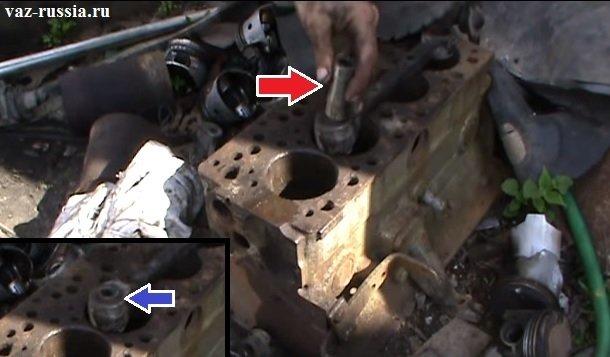 Выбивание с помощью молотка и металлического отрезка трубы, сайлентблока из отверстия в рычаге