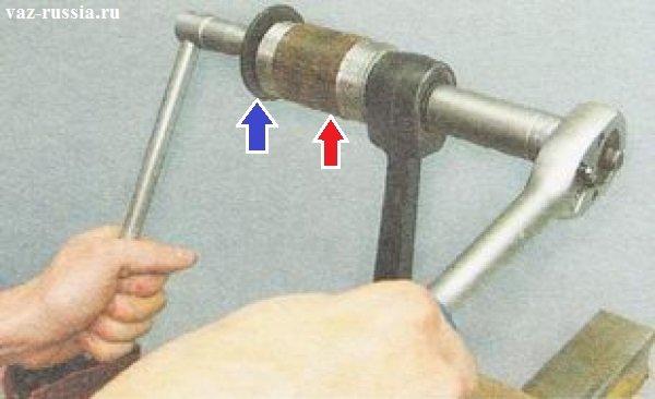 Выпрессовывание сайлентблока из отверстия в переднем рычаге подвески