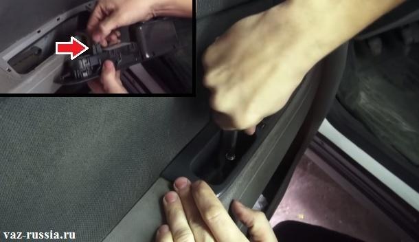 Выворачивание двух внутренних винтов крепления ручки к обшивки двери и снятие этой ручки