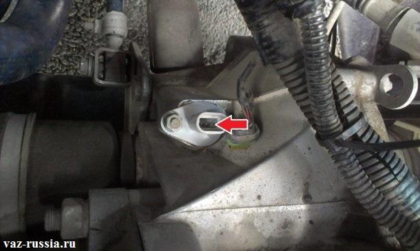Стрелками показаны выводы датчика, к которым и нужно будет подсоединять мульти-метр для проверки