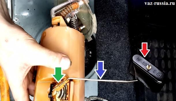 На фото изображён топливный насос и сам датчик, который следит за уровнем топлива в баке и ещё стрелками показы все части из которых он состоит