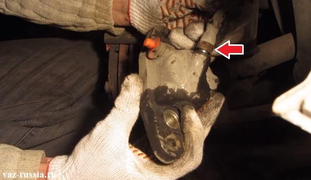 Выворачивание гайки крепления тормозного шланга к суппорту