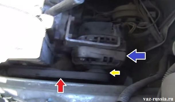 На фото показано наглядно где находиться генератор, а так же его ремень показан и ролик идущий от него