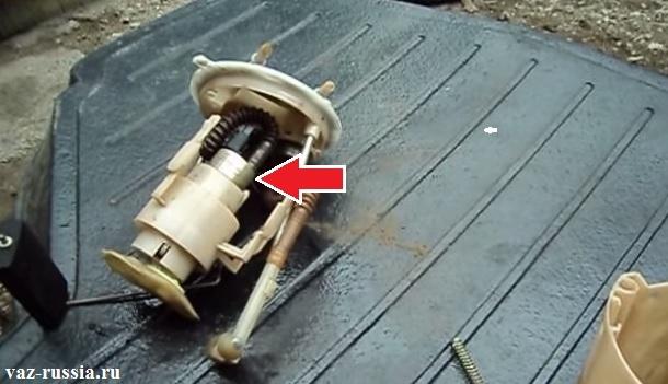 Стрелкой показано где сам бензонасос на топливном модуле располагается