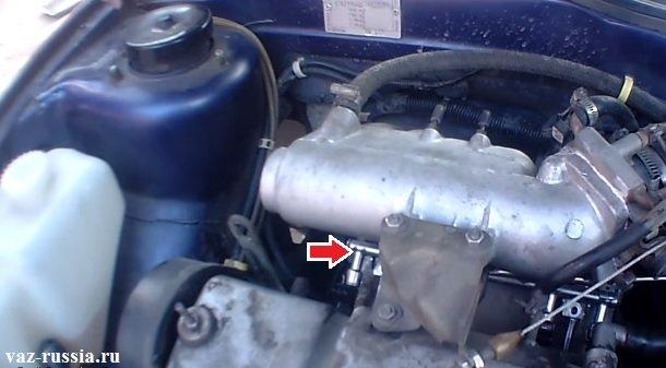 Стрелкой на фотографии показано месторасположение топливной рампы на автомобиле