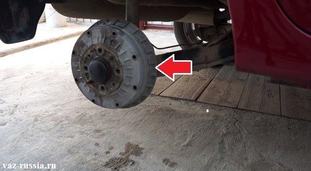 Стрелкой указан тормозной барабан установленный на автомобиле