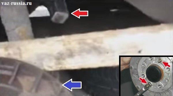 Сбивание барабана с помощью молотка и с помощью дощечки и выворачивание двух установочных штифтов крепления барабана
