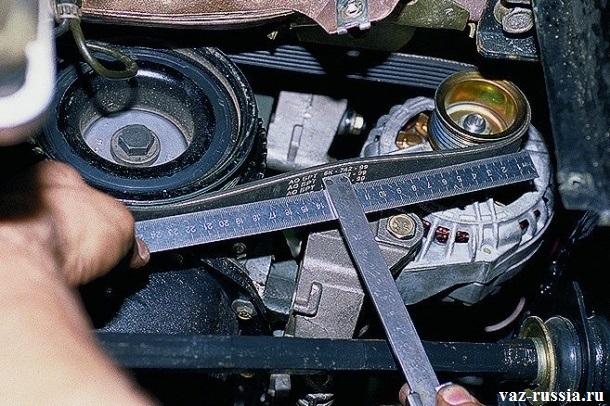 Проверка натяжения ремня генератора в середине