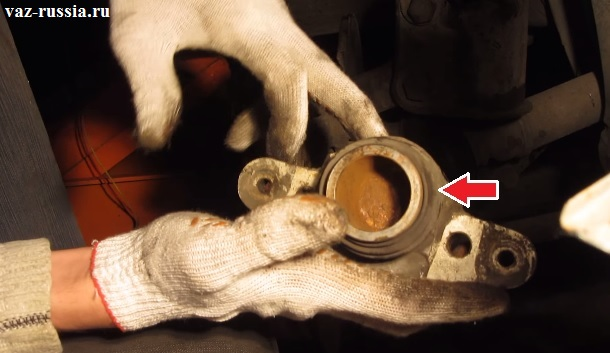 Стрелкой показан пыльник который должен обязательно находиться в нормальном состоянии, а так же он не должен быть порван и через него не должна вытекать тормозная жидкость, при условии что тормозной цилиндр будет установлен