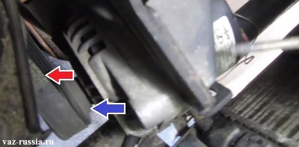 Подведение рукой генератора к двигателю автомобиля и снятие ремня с ролика генератора