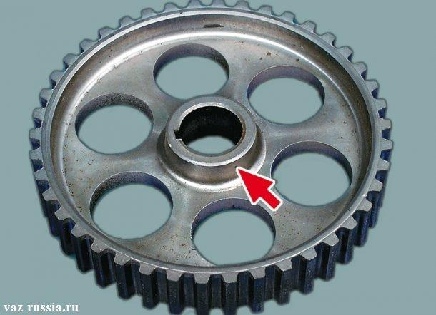 Стрелкой указана выступающая часть шкива распредвала, которая должна быть направлена к двигателю при его установки