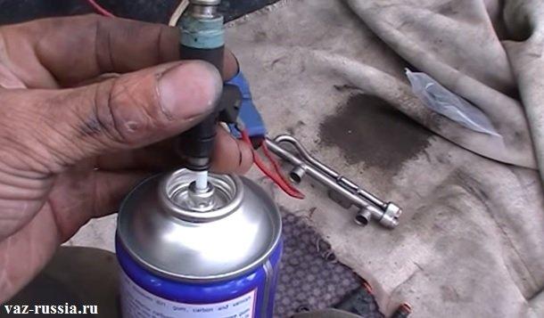 Одевание топливной форсунки на ниппель очистителя карбюратора