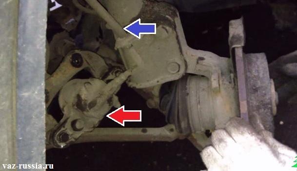 Тормозной суппорт положенный на нижний рычаг и шланг тормозной системы