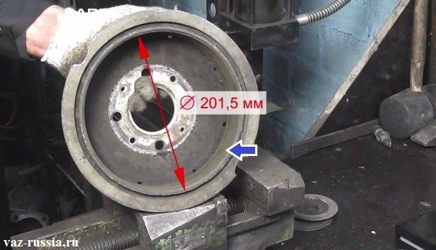 На фото показывается как можно замерить внутренний диаметр барабана и синей стрелкой указана рабочая его поверхность
